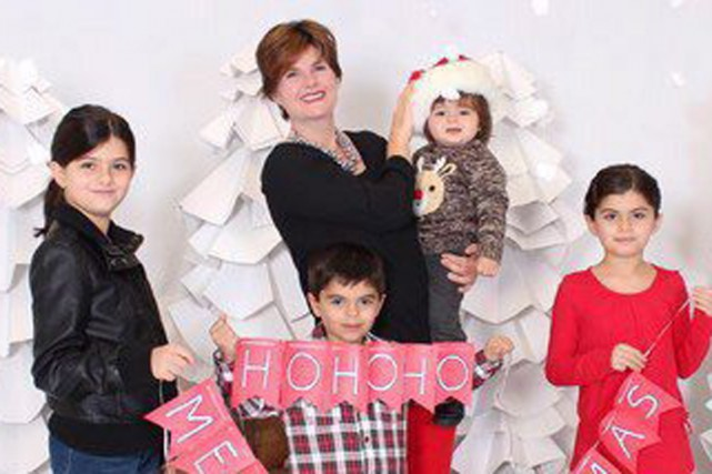 Alison Azer, ici entourée de ses quatre enfants...
