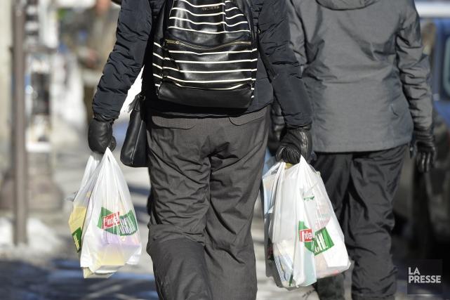 ÉDITORIAL / Le débat sur le bannissement ou le recyclage des sacs d'emplettes... (Archives, La Presse)