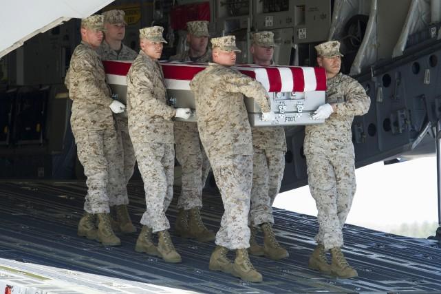 Des marinestransportent le corps dusergent Louis Cardin, 27... (AP, Cliff Owen)