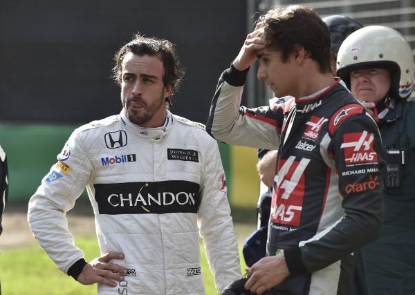 Les pilotes Fernando Alonso et Esteban Gutiérrez étaient... (AFP, Paul Crock)