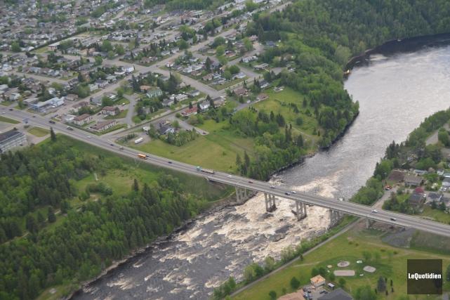 Vue aérienne du pont Caracajou à Alma... (Archives Le Quotidien, Marc Saint-Hilaire)