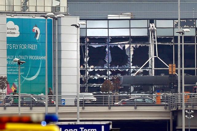Des vitres ont volé en éclat à l'aéroport... (PHOTO FRANÇOIS LENOIR, REUTERS)
