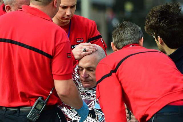 Une victime des attentats à Bruxelles reçoit des... (PHOTO EMMANUEL DUNAND, AFP)