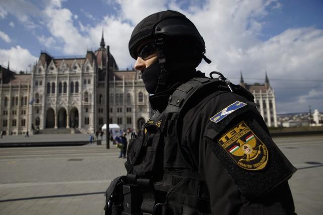 S'il est actuellement en sécurité dans un hôtel de Bruxelles, le maire de... (Photo AP)