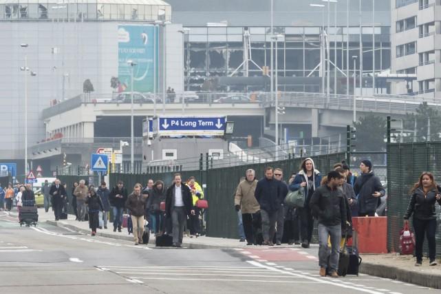 Les passagers ont été évacués de l'aéroport de... (AP, Geert Vanden Wijngaert)