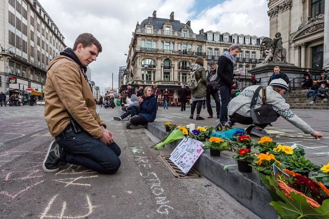 Un homme lit les messages laissés ce matin... (Photo Geert Vanden Wijngaert, AP)