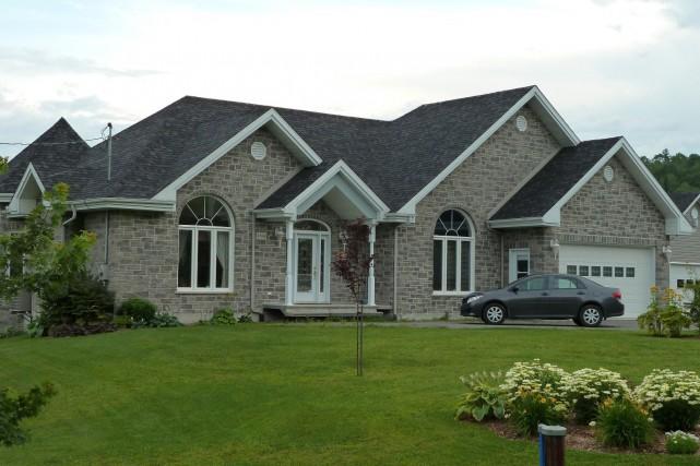 Cette cossue résidence plain-pied est d'un luxe inégalé. Ce magnifique domaine,...