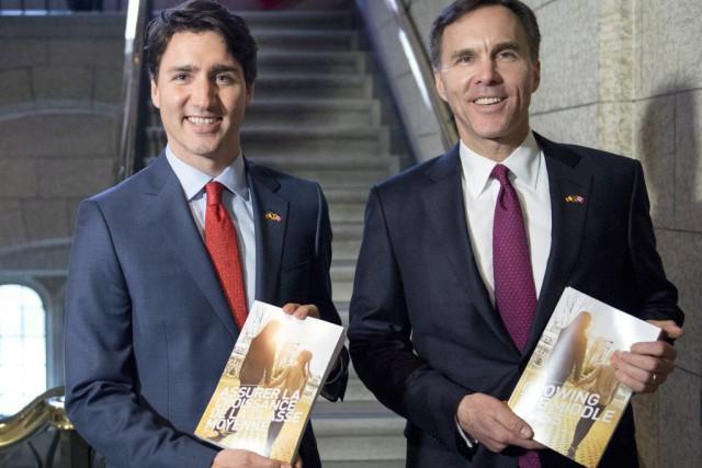 Justin Trudeau et Bill Morneau ont présenté le... (Photo Justin Tang, La Presse Canadienne)