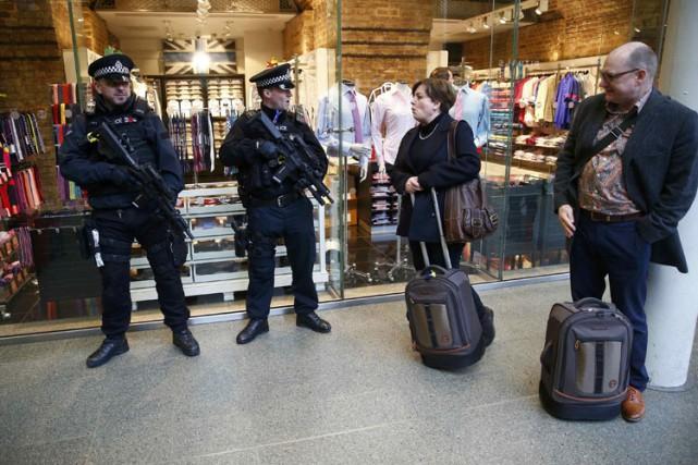 Les policiers ont fait sentir leur présence mardi... (PHOTO REUTERS)