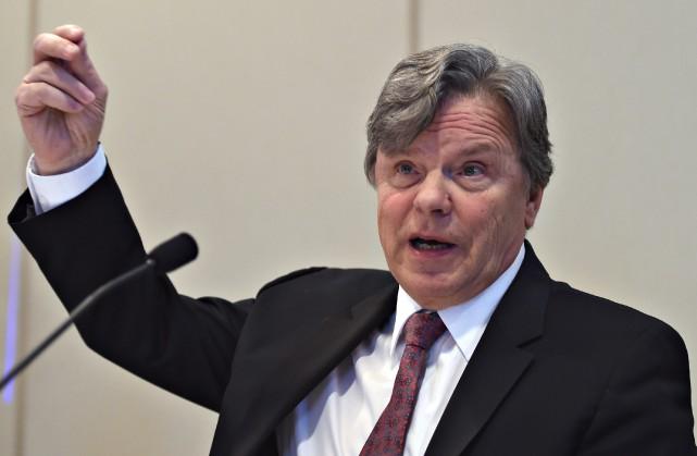 «Le commissaire Robert Salois [photo], qui prend sa... (PHOTO JACQUES BOISSINOT, ARCHIVES LA PRESSE CANADIENNE)