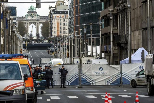 Les autorités ont dressé un périmètre de sécurité... (AFP, Philippe Huguen)