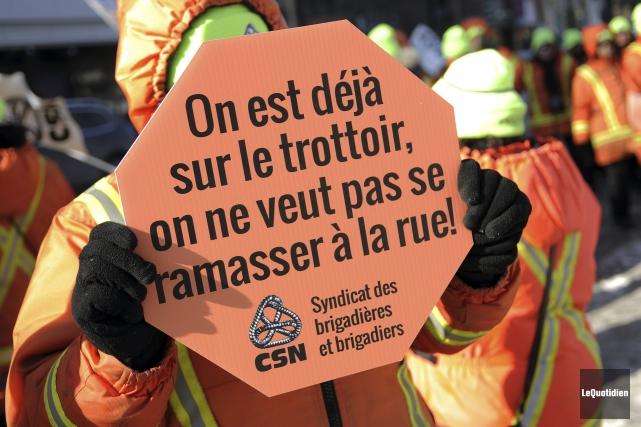 Une mobilisation des brigadières et brigadiers de Saguenay... (Photo Le Quotidien, Mariane L. St-Gelais)