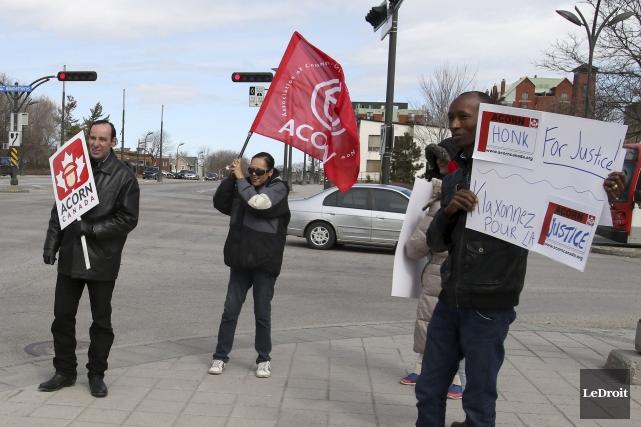 La manifestation a eu lieu au coin des... (Patrick Woodbury, LeDroit)