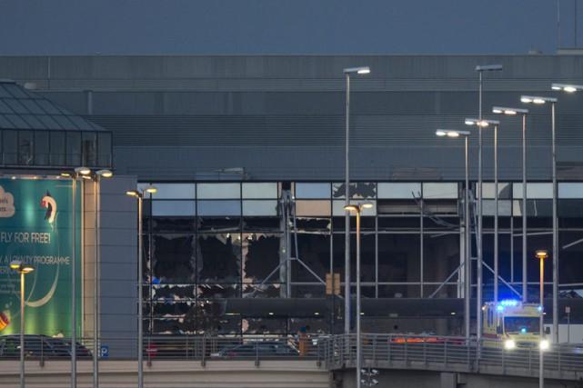 Les vitres de la facade de l'aéroport de... (PHOTO AP)