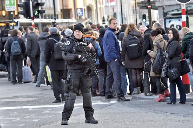 Des gens font la file pour attendre l'autobus,... (AP, Martin Meissner)