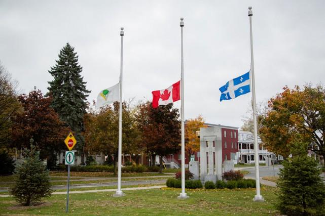 Les drapeaux ont été mis en berne dans...