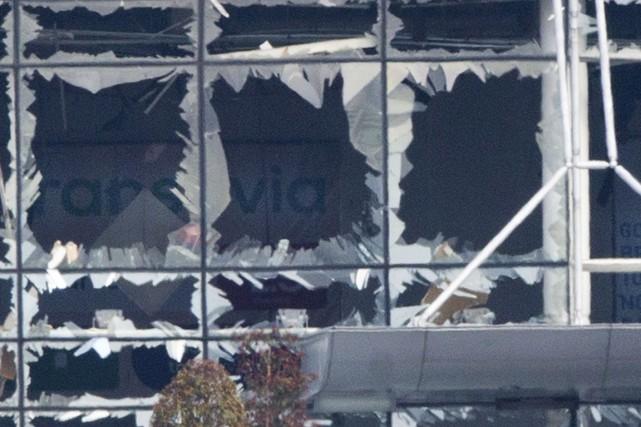 Des vitres ont volé en éclats à la... (Associated Press)