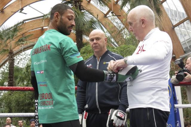 Kell Brook , accompagné de son entraîneur Dominic... (Collaboration spéciale Olivier Bossé)