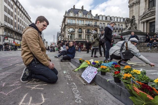 Des fleurs ont été déposées sur la Place... (AP, Geert Vanden Wijngaert)