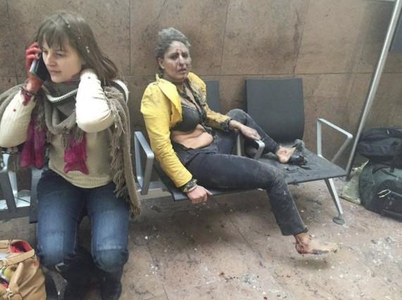 Ces deux jeunes femmes ensanglantées se tiennent sur... (AFP)