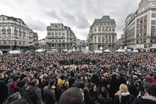 Quelques centaines de personnes observent une minute de... (PHOTO MARTIN MEISSNER, AP)