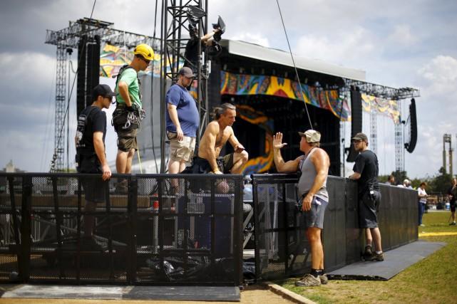 Les travailleurs s'affairaient au montage de la scène... (PHOTO REUTERS)