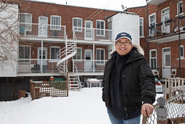 Hieu Nguyen Trung à l'arrière du quintuplex qu'il... (PHOTO ROBERT SKINNER, LA PRESSE)