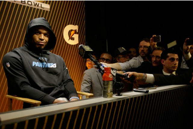 Le quart des Panthers Cam Newton a quitté... (Photo Marcio Jose Sanchez, archives AP)