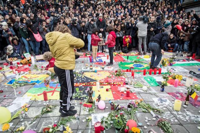 Des gens observent une minute de silence sur... (PHOTO AURORE BELOT, AFP/BELGA)