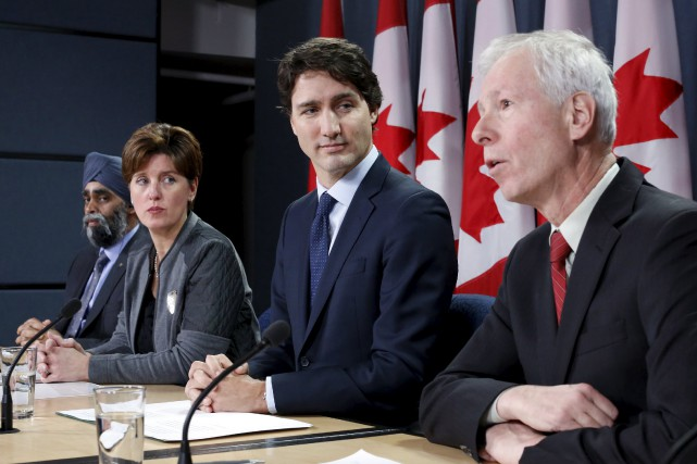 Le premier ministre Justin Trudeau, au centre, et... (PHOTO CHRIS WATTIE, ARCHIVES REUTERS)