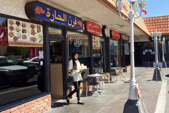 Une femme sort d'un restaurant à Orange County,... (PHOTO AP)