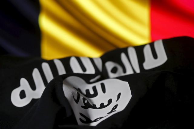 Le drapeau de l'EI installé devant celui de... (PHOTO REUTERS)