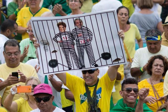 La présidente du Brésil Dilma Rousseff lutte contre... (Silvia Izquierdo, Archives AP)