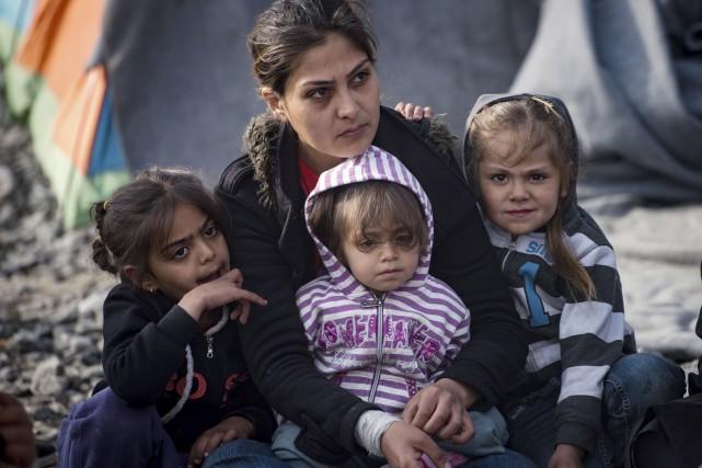 Une femme et ses enfants dans un camp... (AFP, Andrej Isakovic)