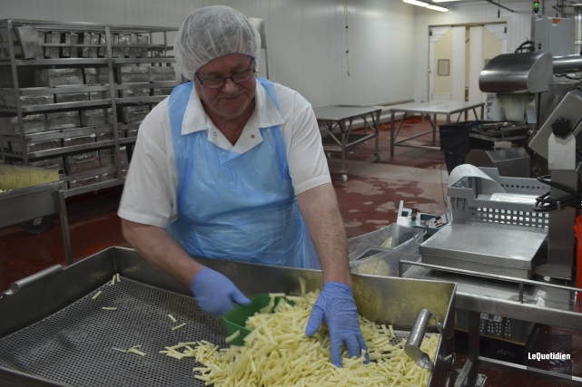 Michel Guy travaillé à la fromagerie Perron de... (Photo Le Quotidien, Louis Potvin)