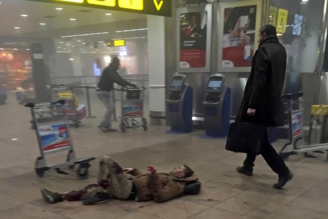 La photo de cet homme passant la valise... (AP, Ketevan Kardava)