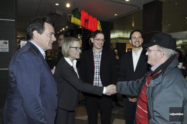 Pierre Karl Peladeau et Mireille Jean ont rencontré... (Photo Le Quotidien, Rocket Lavoie)