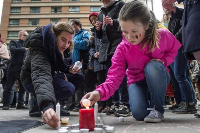 Deux jeunes filles allument des chandelles devant le... (PHOTO PC)