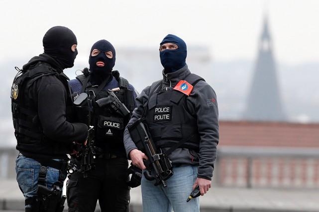 Des policiers surveillent les alentours du Palais de... (Photo Christian Hartmann, Reuters)