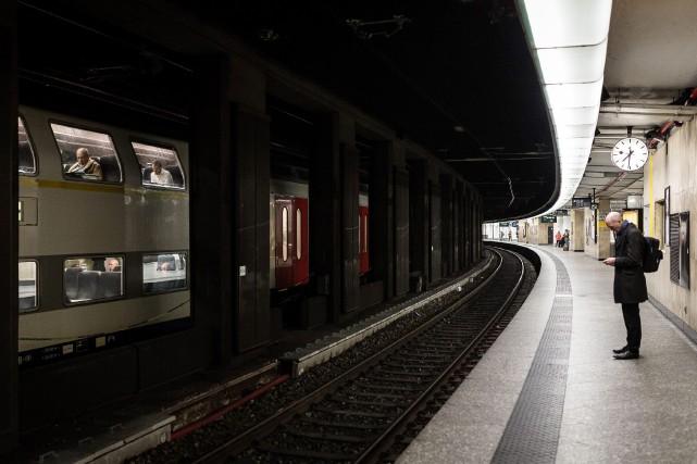 Un homme attend le métro à la station...