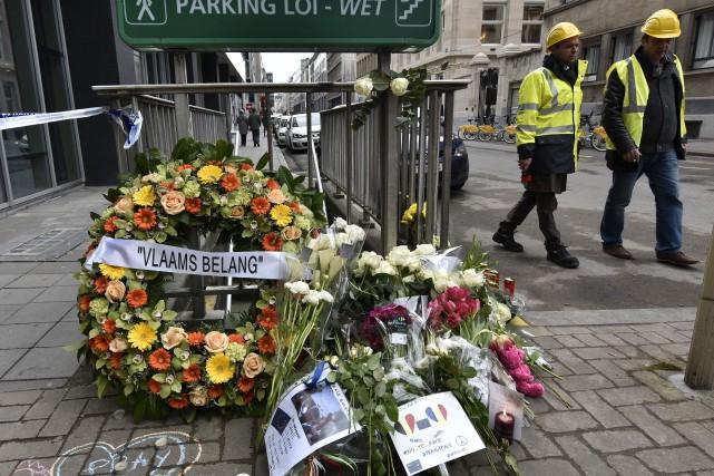 Desfleurs ont été déposées devant l'entrée de la... (Associated Press)