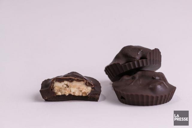 Les chocolats fourrés sont préparés dans des moules... (PHOTO HUGO-SÉBASTIEN AUBERT, LA PRESSE)