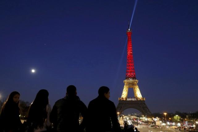 La tour Eiffel est illuminée aux couleurs du... (PHOTO Philippe Wojazer, REUTERS)