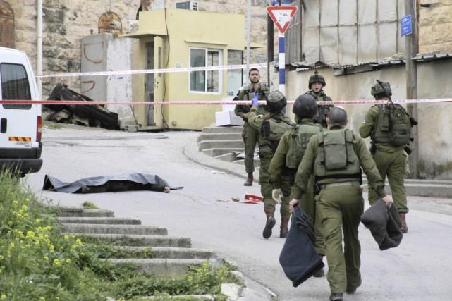 Des soldats israéliens sont vus à proximité du... (PHOTO AP)