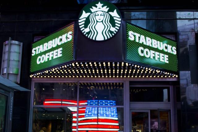 Starbucks vaparticiper au programme national américain «Feeding America»... (Photo Mark Lennihan, Archives AP)