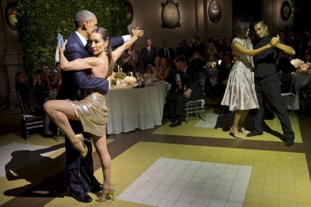 Le président américain a enchaîné quelques pas avec... (Associated Press)