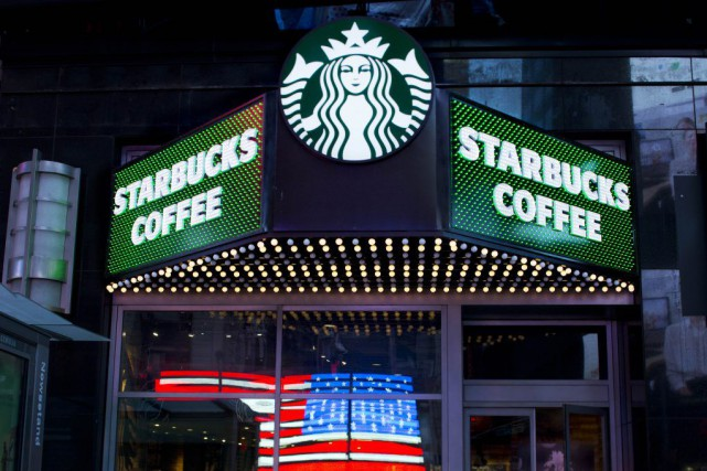 Starbucks va participer au programme national américain «Feeding America».... (Archives AP, Mark Lennihan)
