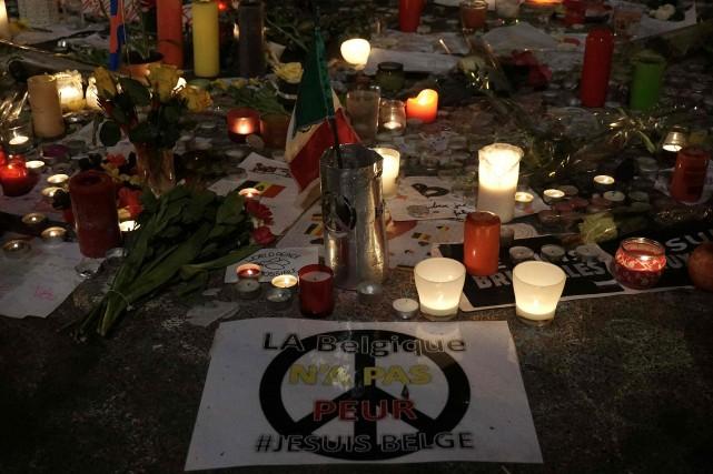 Des chandelles sont déposées en hommage aux victimes... (AFP, Patrik Stollarz)