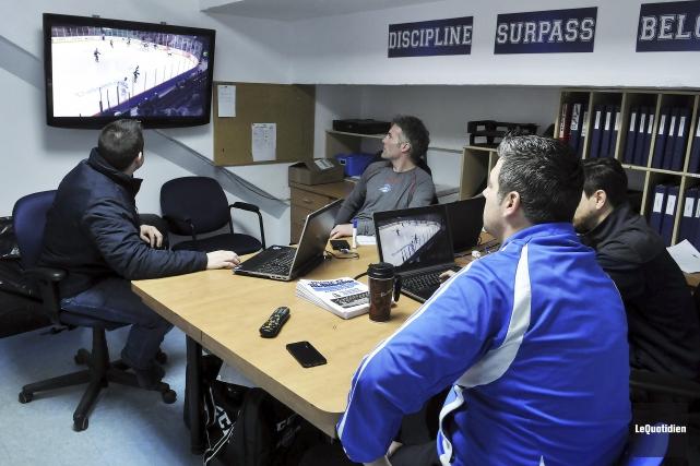 Les entraîneurs des Saguenéens ont visionné des séquences... (Photo Le Quotidien, Rocket Lavoie)
