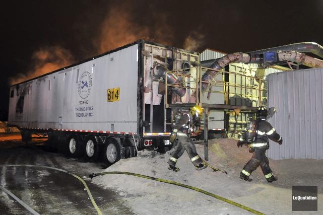 L'intervention rapide d'une dizaine de pompiers a permis... (Photo Le Quotidien, Rocket Lavoie)